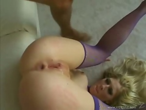 Blonde babe gets her ass drilled and face cummed