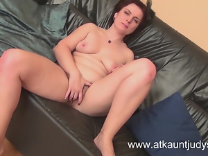 Sexy Milf Mila fingers herself