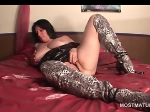 Mature hottie in boots fucking herself with vibrator