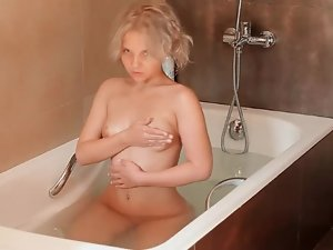 Teen shaves pussy clean in shower