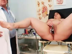 Fatty has gyno fun with her doctor