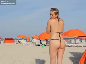 Exibicionismo na praia Naked Young lady Marylin Flashing At The Beach