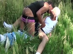 Watch amateurs suck prick outdoors