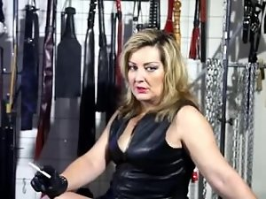 Stepmom smoking in leather gloves