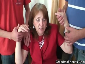Experienced vixen accepts it from both ends