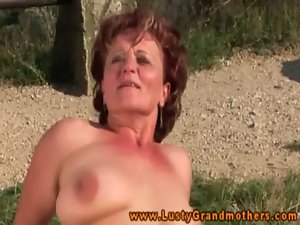 Amateur experienced GILF shagging outdoor