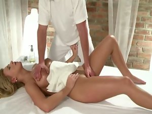 Massage fond tart slides on her masseurs shaft