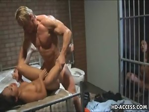 Prison cunt gets brutal anus drilling from the screw