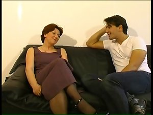 Slutty mom gets a seeing to