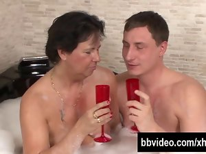 Experienced german hussy gets facialized in jacuzzi