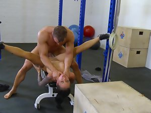 Fit porn chick Christy Mack and big man banging in the gym