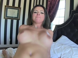 Curvy dark haired is performing in a really luscious way on the bed