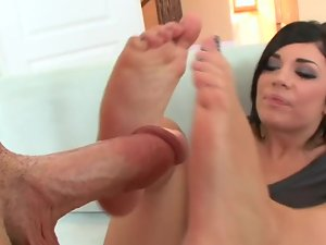 Amateur with a fit body uses her magical feet on the pecker