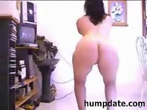 Bootylicious mum with very hairy slit dancing
