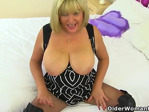 Brit cougar Beau faux-cocks her cunny in the bathroom